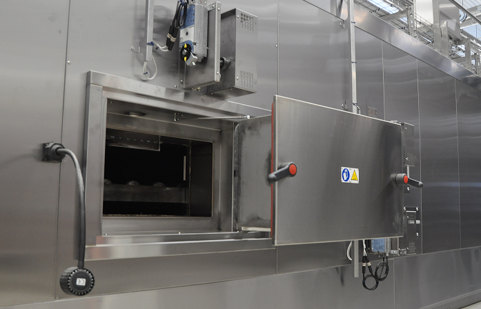 Inspection door to access a baking chamber of mesh-belt oven Alitech